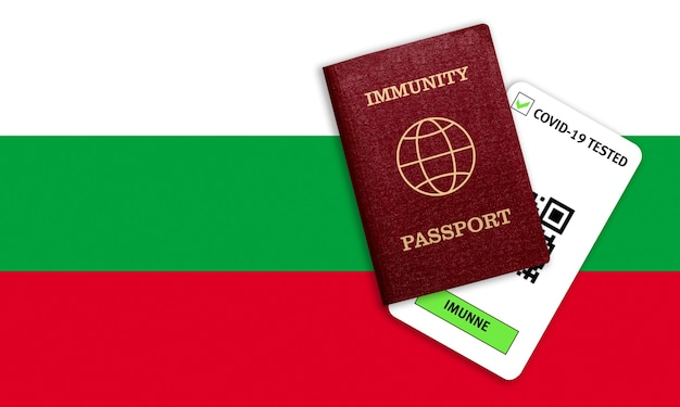 コロナウイルスに対する免疫の概念。ブルガリアの旗のcovid-19の免疫パスポートとテスト結果。