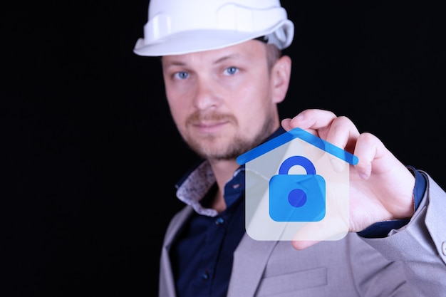 保険の概念とターンキーハウスの安全な建設。