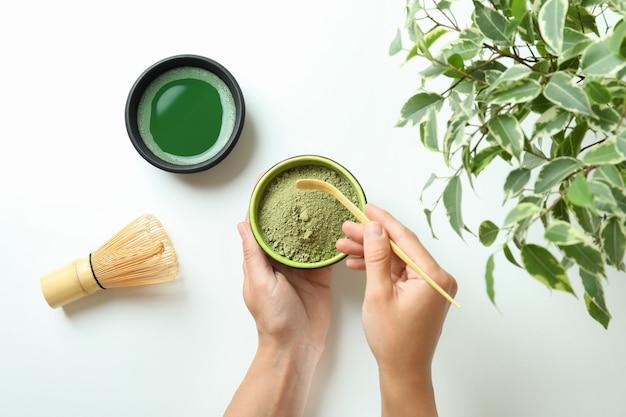 白い背景に抹茶と日本茶の概念