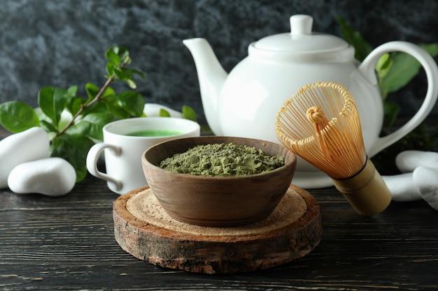 Концепция японского чая с маття на деревянном столе