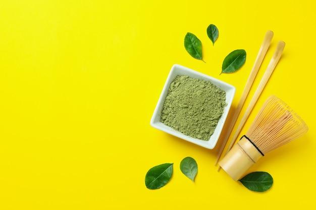 Концепция японского чая с маття на желтом фоне