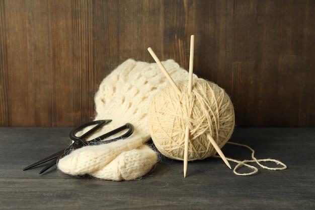 Концепция вязания с клубком пряжи на сером деревянном столе