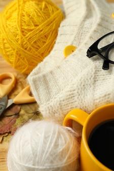 Концепция вязания с шариками пряжи на деревянном столе, крупным планом.