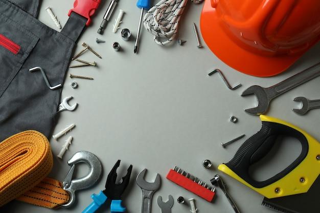 Концепция дня труда с различными рабочими инструментами, пространство для текста