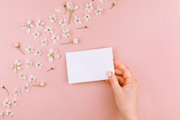 封筒と花の背景を持つ愛の手紙の概念