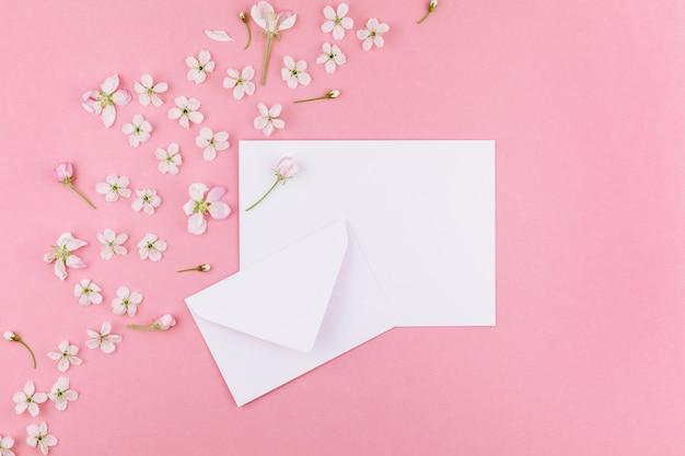 Концепция любовного письма с конвертом и цветами фона