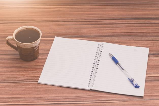 Концепция любви читать и писать с кофейной кружкой на столе