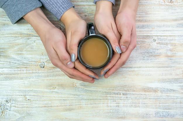 Концепция мужских и женских рук, любви и кофе