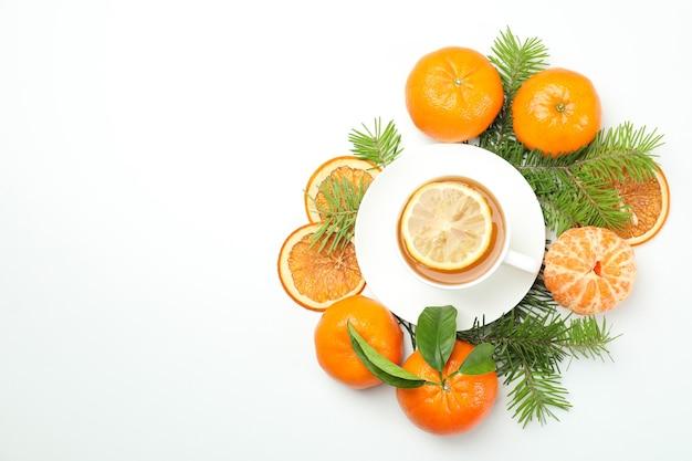 白い背景の上のマンダリン茶の概念