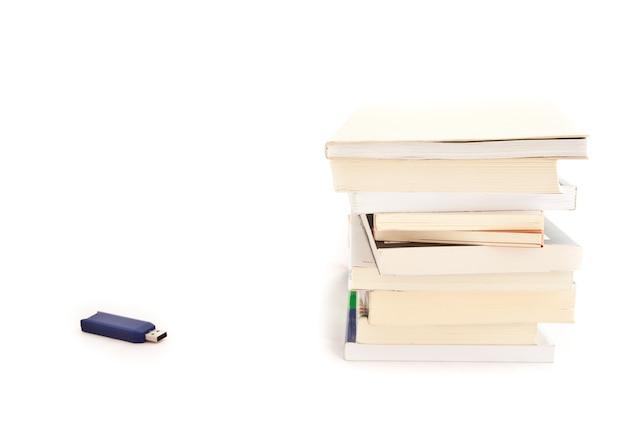 思い出の概念:本に近い青いusbキー