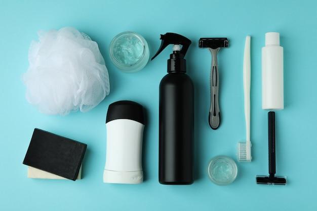 青いテーブルの上の男性の衛生ツールの概念