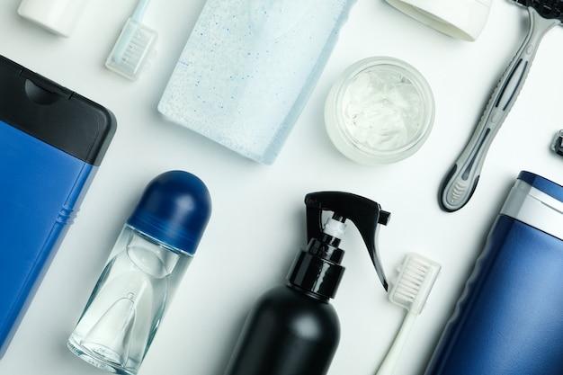 흰색 바탕에 남성 위생 도구의 개념