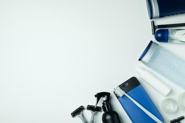白い背景の上の男性の衛生ツールの概念