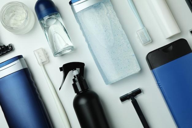 白い孤立した背景の上の男性の衛生ツールの概念