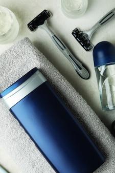 白い織り目加工のテーブル上の男性の衛生ツールの概念