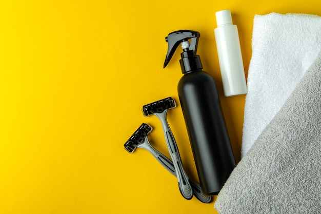 黄色の孤立した背景の上の男性の衛生ツールの概念