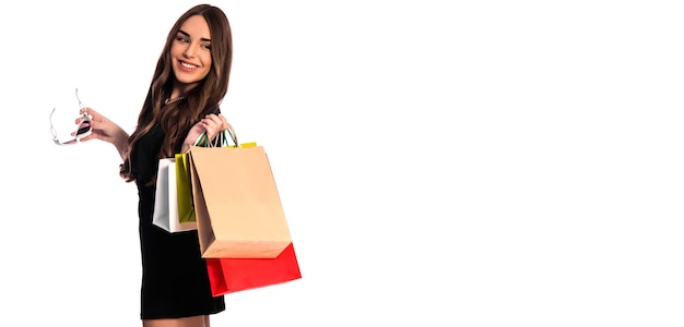 현대 빠른 생활, 지출, 쇼핑, 판매의 개념. 쇼핑 가방을 들고 웃는 소녀.