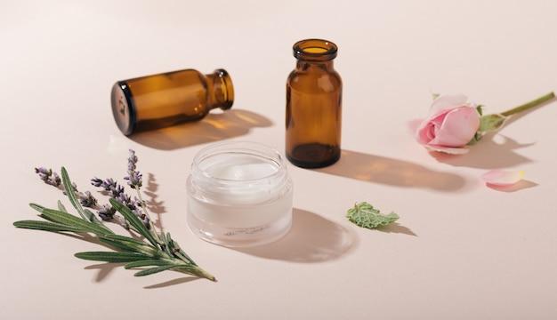 自然化粧品と癒しのハーブの選択的な焦点の概念
