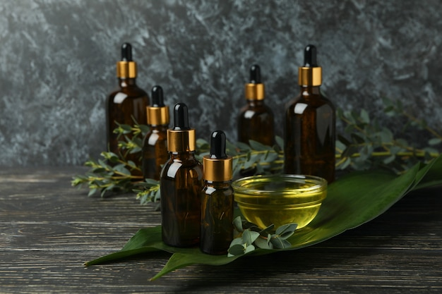 Концепция натуральной косметики с маслом эвкалипта на деревянном столе
