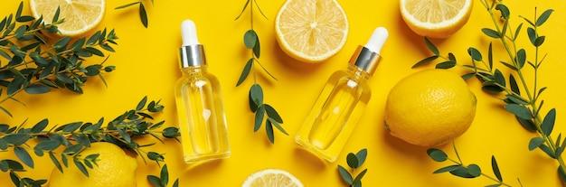 노란색 바탕에 레몬 오일과 천연 화장품의 개념