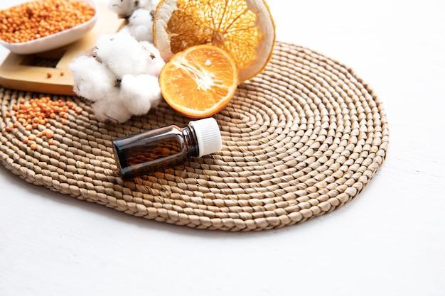 肌の顔と体の健康管理のための天然有機オレンジエッセンシャルオイルのコンセプト。