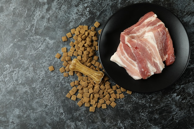 Концепция натурального корма для домашних животных на черном смоки