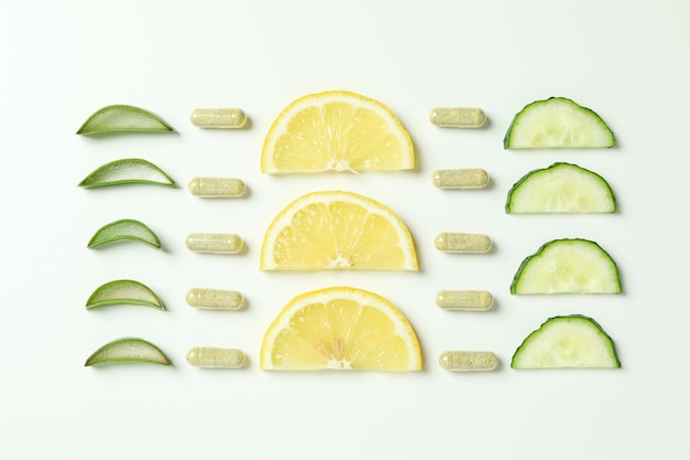 Концепция натуральных таблеток на белом фоне