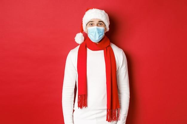 새해 코로나바이러스와 휴일의 개념은 크리스마스와 사회적 거리를 축하하는 쾌활한 남자...