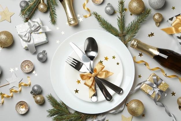 Концепция сервировки новогоднего стола на сером фоне