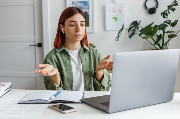 Концепция онлайн-бизнеса или коммуникации, домашний офис фрилансера и удаленная работа для предпринимателя