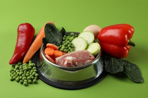 Концепция органических кормов для домашних животных на зеленом