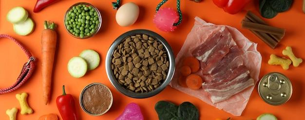 Концепция органических кормов для домашних животных на апельсине