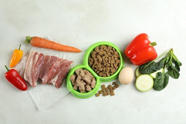 Концепция органических кормов для домашних животных на белом текстурированном