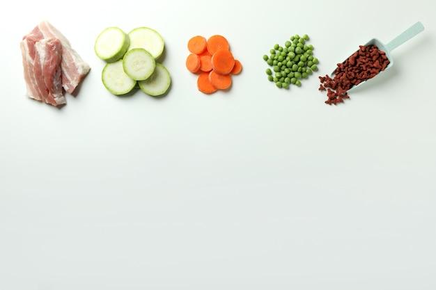 Концепция органических кормов для домашних животных на белом