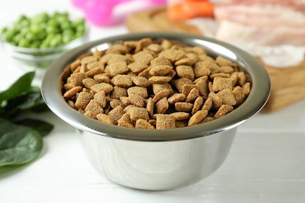 Концепция органических кормов для домашних животных на деревянных