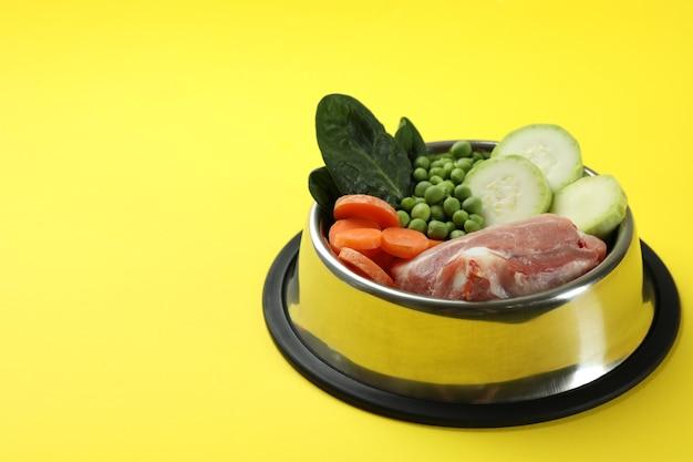 Концепция органических кормов для домашних животных на желтом