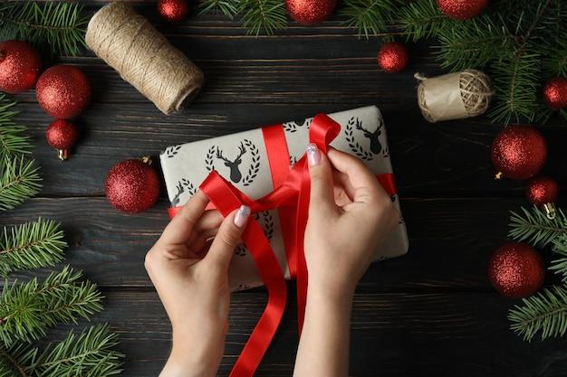Концепция упаковки рождественской подарочной коробки на деревянном столе