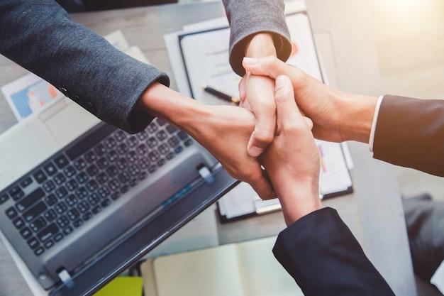 Концепция партнерства - рукопожатие деловых партнеров успешное лидерство лидера команды.