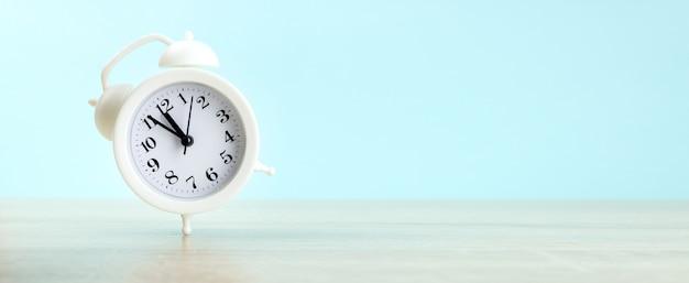 亡くなるというコンセプトで、時計は木のテーブルの上にあります。時計の締め切りが不足している時間。