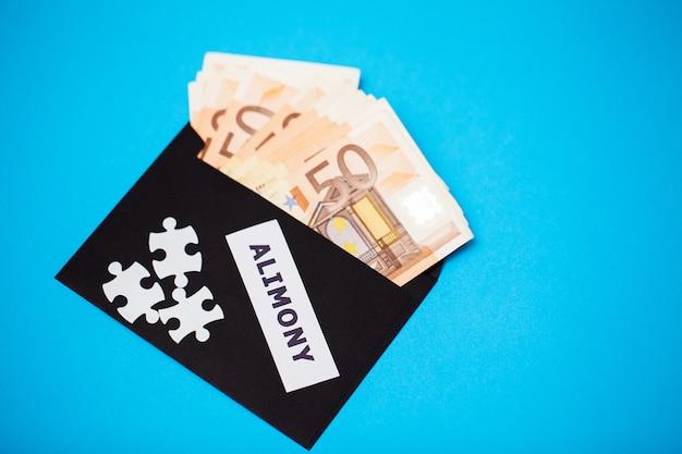 Концепция оплаты за элементы, деньги в бумаге envelo
