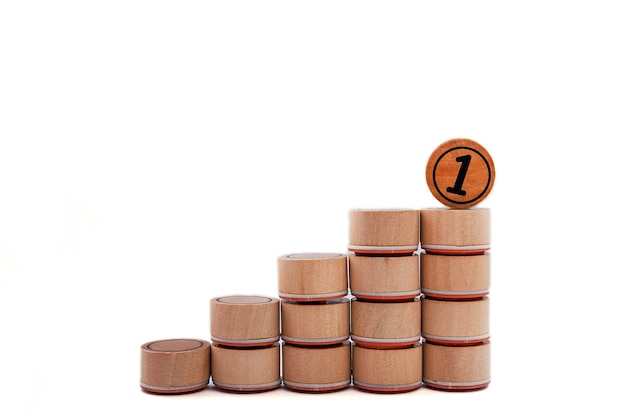 Концепция личностного роста, карьеры. лестница вверх из кубиков и номер 1 на белом фоне.