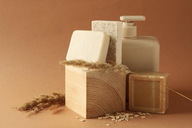 Концепция личной гигиены с различным мылом на коричневом фоне