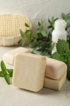 Концепция личной гигиены с натуральным мылом на бежевом столе