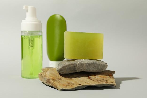 Концепция личной гигиены с мылом на светло-сером фоне