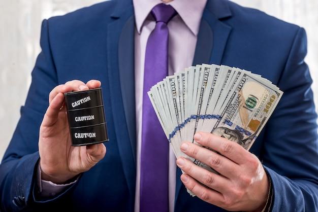 석유 가격의 개념-남자 보류 달러와 배럴