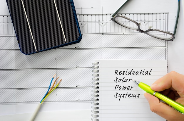 ケーブル、眼鏡、太陽電池を備えた住宅用太陽光発電システムの設置計画の概念