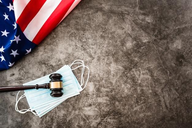 Концепция проблем с правосудием во время пандемии covid19 в америке, фон с флагом.