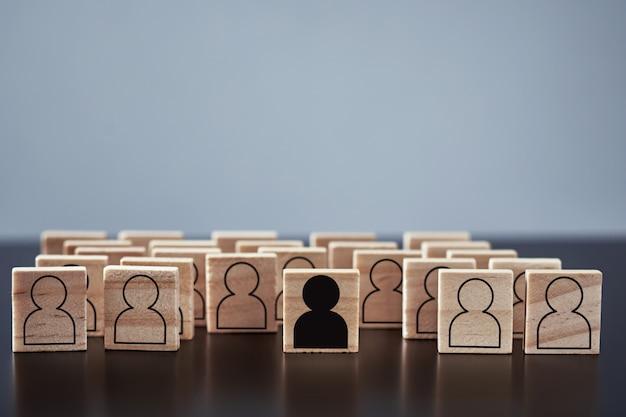 Понятие расизма и недопонимания между людьми, предрассудков и дискриминации. деревянный блок с белыми фигурами людей и один с черным человеком