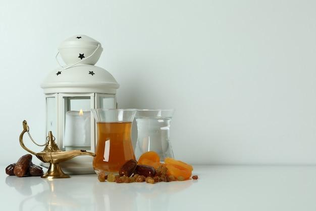 白い表面に食べ物やアクセサリーとラマダンの概念