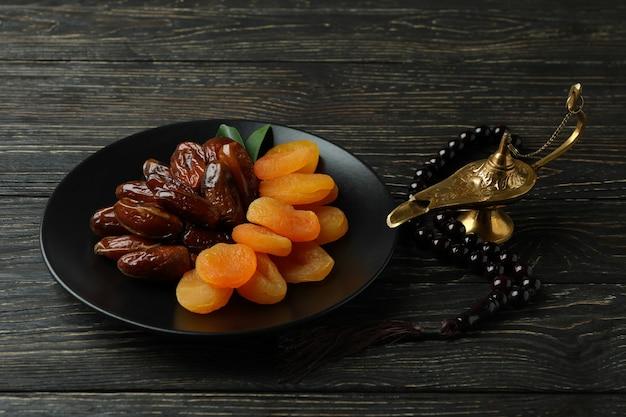 木製のテーブルに食べ物やアクセサリーとラマダンの概念